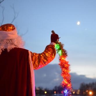 Дед Мороз общается с небом и призывает снег.
